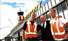 Dakbedekkers van Mital op de foto met de directeur van Rotterdam Airport